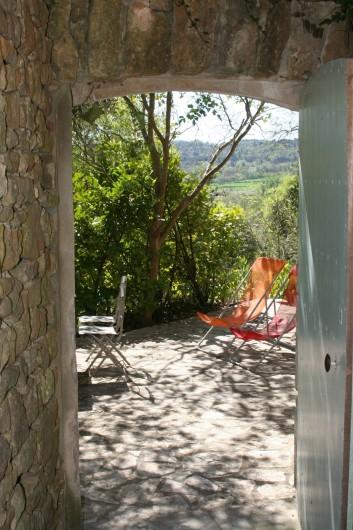 Location de vacances - Mas à Goudargues - Petite cour avec le soleil matinal