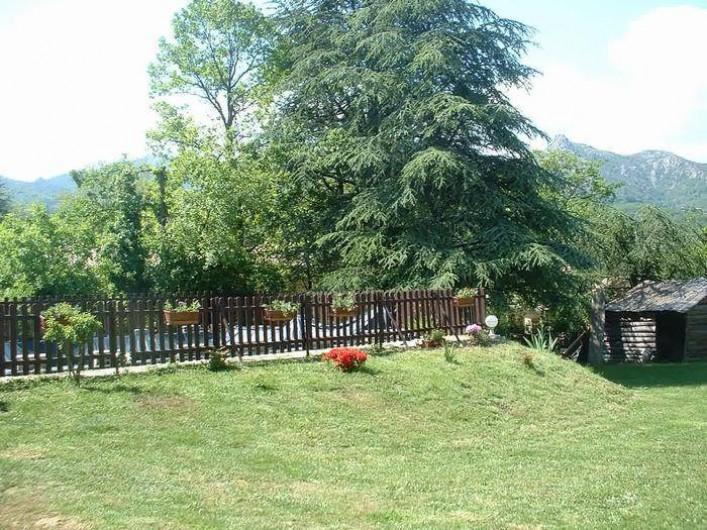 Location de vacances - Gîte à Jaujac - vue clôture piscine