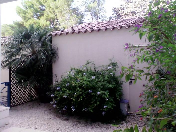 Location de vacances - Appartement à Argelès-sur-Mer - cour d'entrée avec portillon  sécurisé