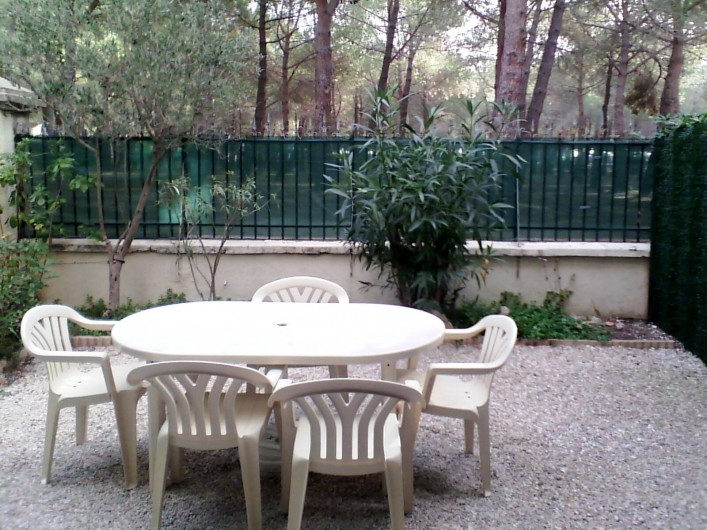 Location de vacances - Appartement à Argelès-sur-Mer - cour côté mer et pinède