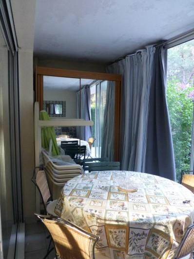 Location de vacances - Appartement à Argelès-sur-Mer - autre vue de la véranda avec matériel de jardin