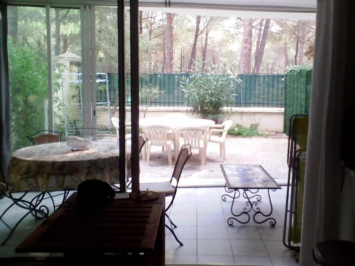 Location de vacances - Appartement à Argelès-sur-Mer - vue sur une des 2 cours depuis la salle de séjour