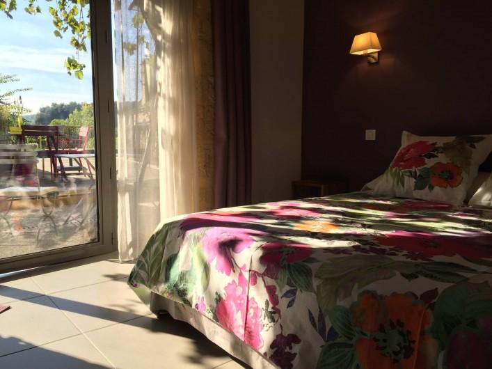 Location de vacances - Chambre d'hôtes à Carsac-Aillac - Chambre Lilas  avec vue sur la terrasse.