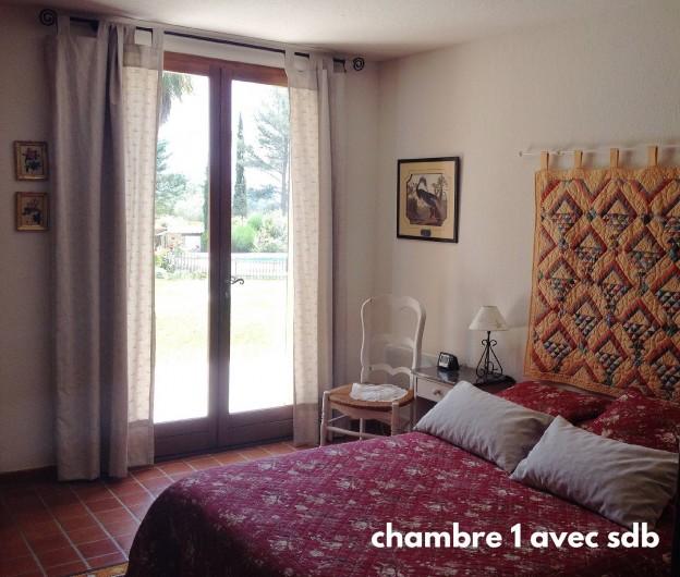 Location de vacances - Villa à Le Castellet - Suite parentale donnant sur le jardin avec salle de bain et toilette attenants.