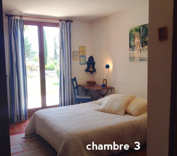 Location de vacances - Villa à Le Castellet - Chambre avec lit double donnant sur le jardin.