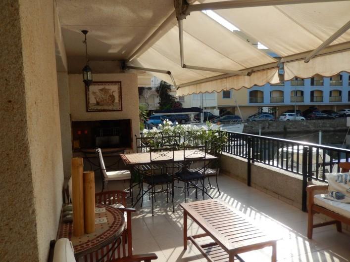 Location de vacances - Appartement à Empuriabrava - Le barbecue est dans la niche que l'on voit au fond de la photo.