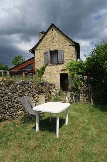 Location de vacances - Gîte à Marvejols - entrée ou sortie cuisine sur le jardin