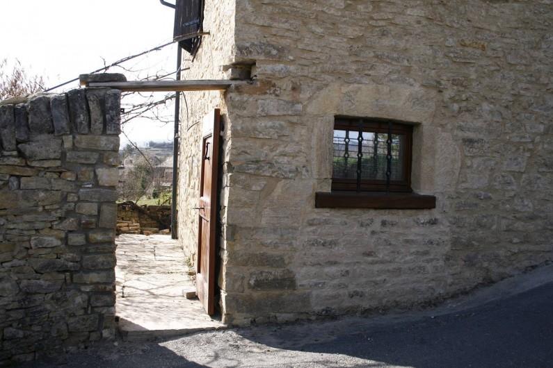 Location de vacances - Gîte à Marvejols - entrée et porte donnant sur la rue peu passante et fenêtre de la cuisine