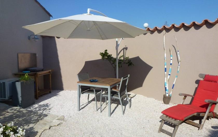 Location de vacances - Villa à La Palme - le jardin du studio avec salon de jardin, plancha et chaises longues