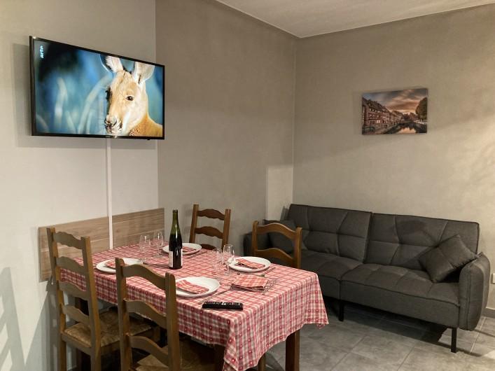 """Location de vacances - Gîte à Orschwiller - """"Clémence"""" Cuisine cuisinière électrique, lave vaisselles réfrigérateur"""