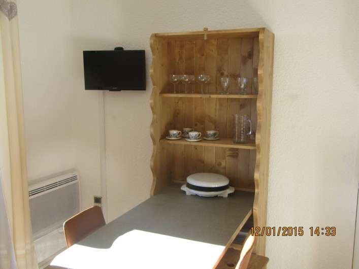 """Location de vacances - Studio à L'Alpe d'Huez - Salon Meuble """"Berger"""" + télé"""
