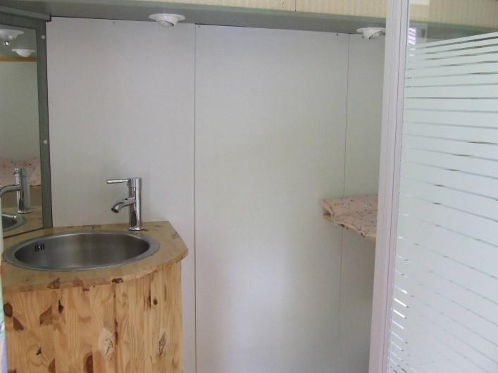 Location de vacances - Tipi à Saint-Vincent-en-Bresse - Atypique certes, mais de belles salle-de-bain dans un mobil home !
