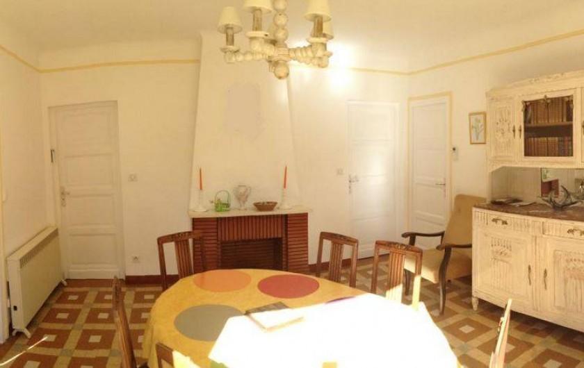 Location de vacances - Gîte à Auriac-du-Périgord - Salle à manger avec vaisselier et bibliothèque