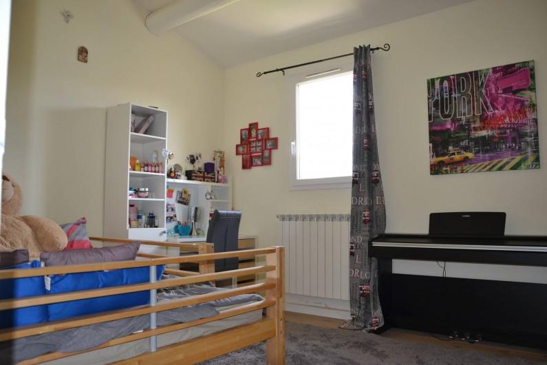 Location de vacances - Villa à Aix-en-Provence - Chambre 3 - exposée Sud - de 14m2 avec lit 140cm + bureau + placard