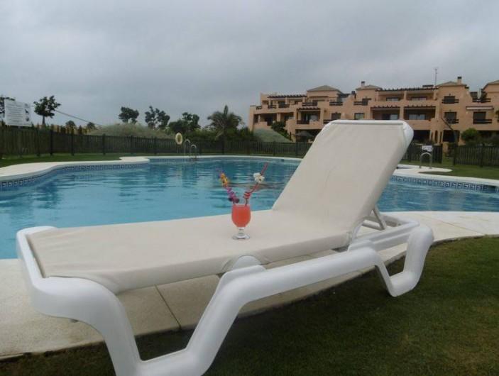 Location de vacances - Appartement à Marina de Casares - Des transats sont disponibles également.