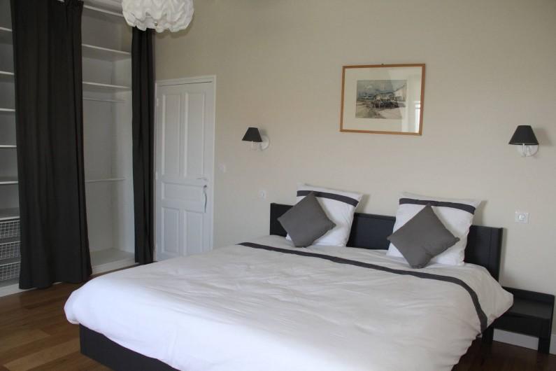 Location de vacances - Villa à Primelin - Grande chambre de 16m² avec un lit double extra large 180x200.