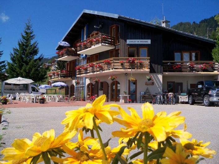 Location de vacances - Chalet à Les Saisies - Chalet L'été avec sa terrasse, ses transats, barbecue...