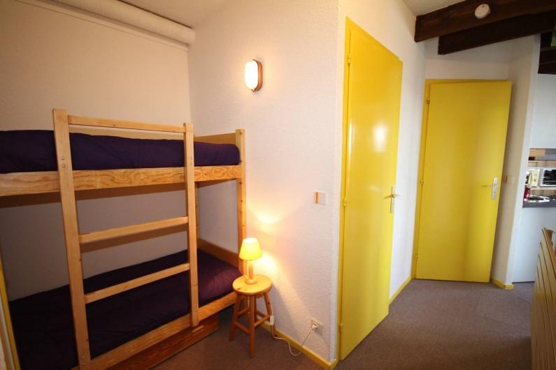 Location de vacances - Chalet à Les Saisies - Outray couchages de 2 pers en cabine suivit d'un couloir et séjour.