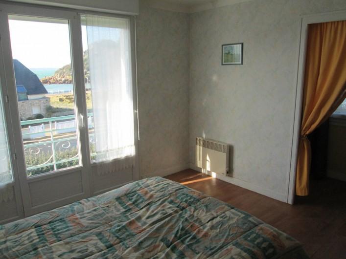 Location de vacances - Villa à Trébeurden - chaque chambre dispose d'un radiateur électrique, trois ont un coin lavabo.