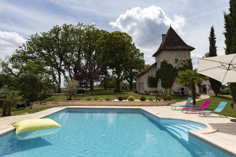 Location de vacances - Chambre d'hôtes à Simeyrols - Piscine et bâtiment principal