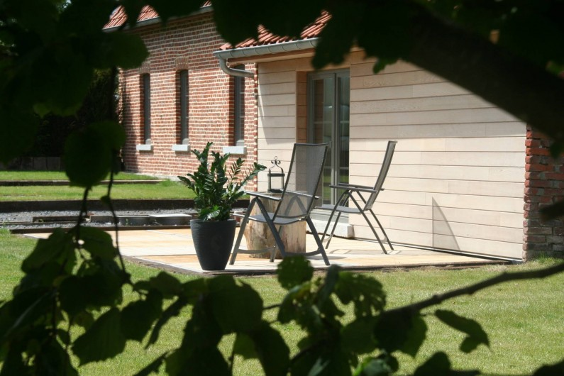 Location de vacances - Gîte à Wodecq - Terrasse en bois (24 m²) avec  mobilier de jardin. Orientée plein sud.