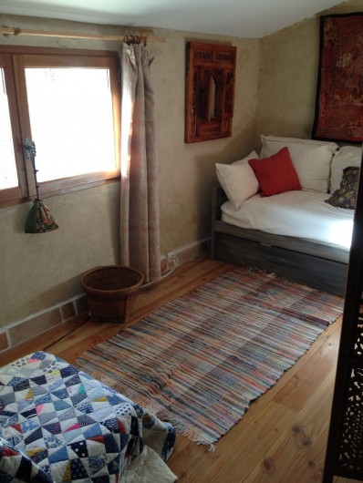 Location de vacances - Gîte à Saint-Julien-en-Quint - chambre derrière paravent