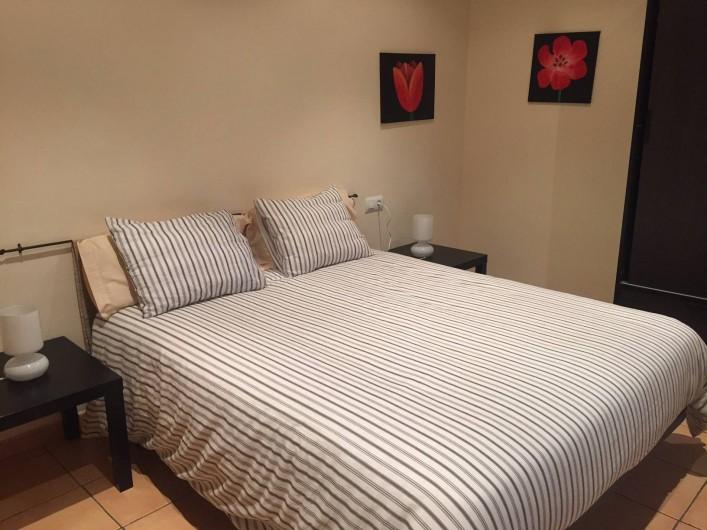 Location de vacances - Appartement à Besalú - Chambre double, avec une armoire et donnant à la Place.