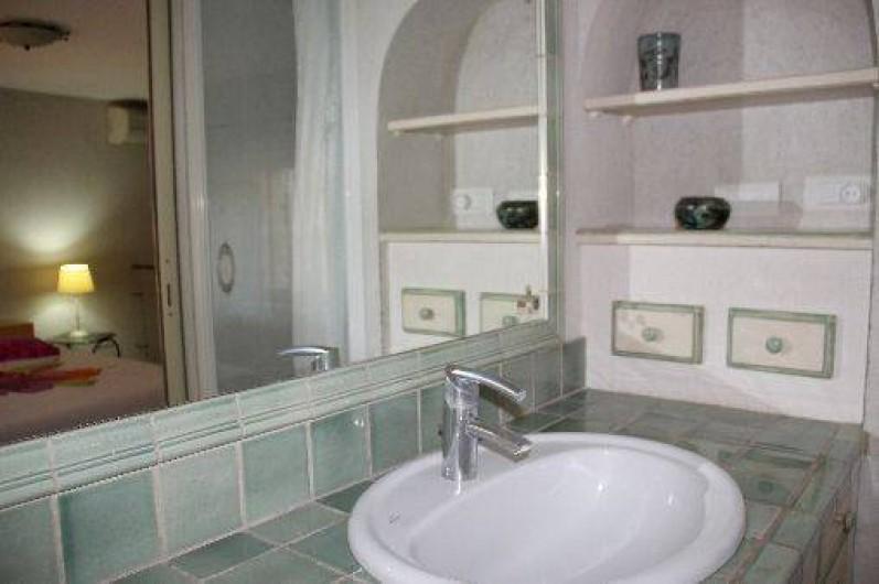 Location de vacances - Appartement à Robion - Douche, serviettes fournies