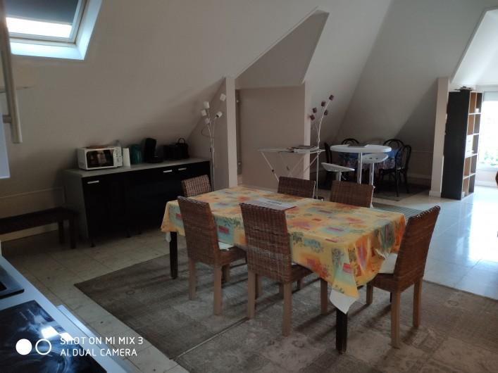 Location de vacances - Appartement à Saint-Paul - Sortie sur la terrasse avec la table du petit déjeuner à l'ombre du matin