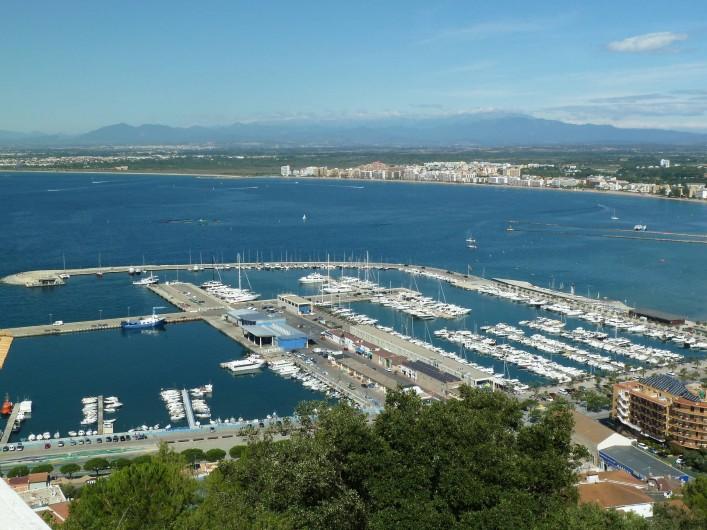Location de vacances - Appartement à Roses - une vue sur le port