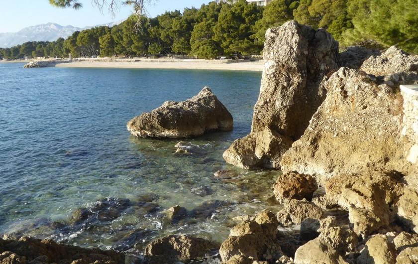 Location de vacances - Appartement à Brela - Vue sur la côte à Bréla.