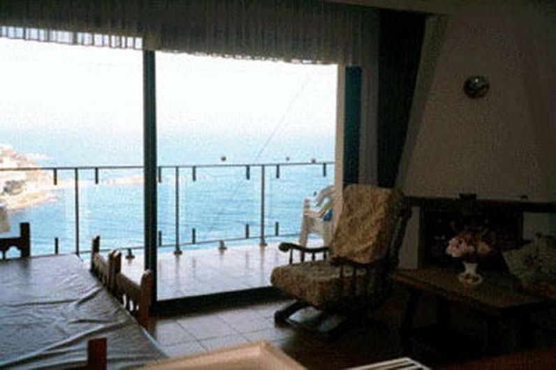 Location de vacances - Appartement à Roses - La baie vitrée du salon, donnat sur la terrasse.
