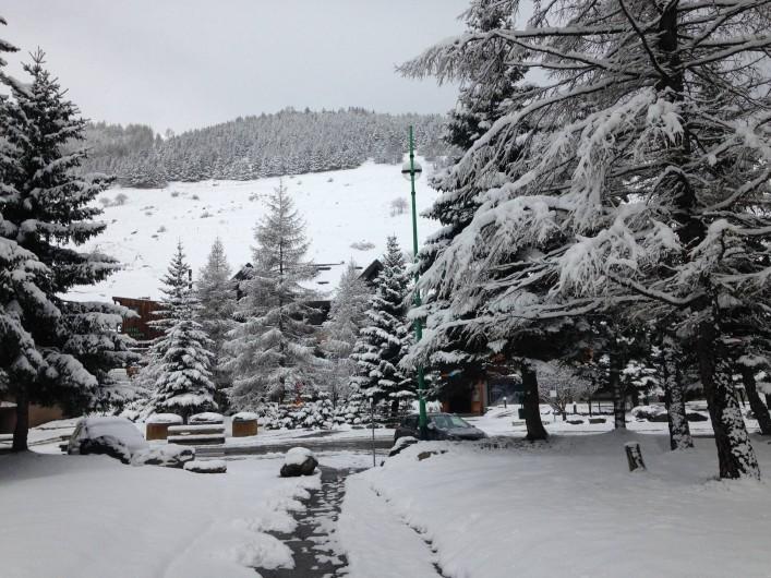 Location de vacances - Appartement à Les Deux Alpes - Chemin d'accès pour sortir de la résidence côté commerce 20m