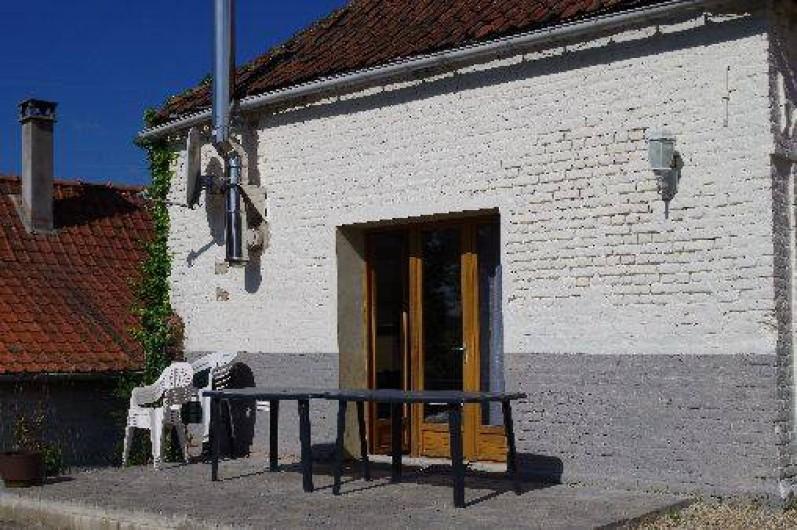 Location de vacances - Gîte à Maintenay - Terrasse avec pelouse