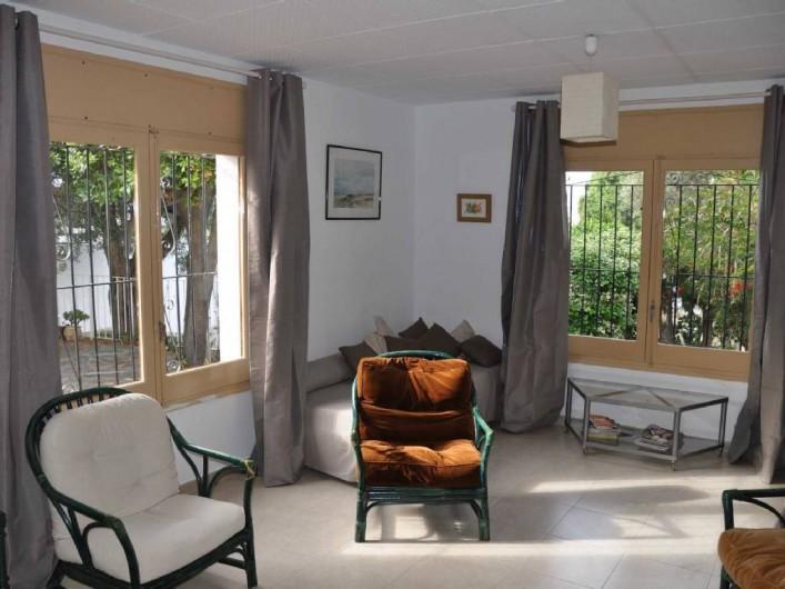 Location de vacances - Villa à Roses - Salon