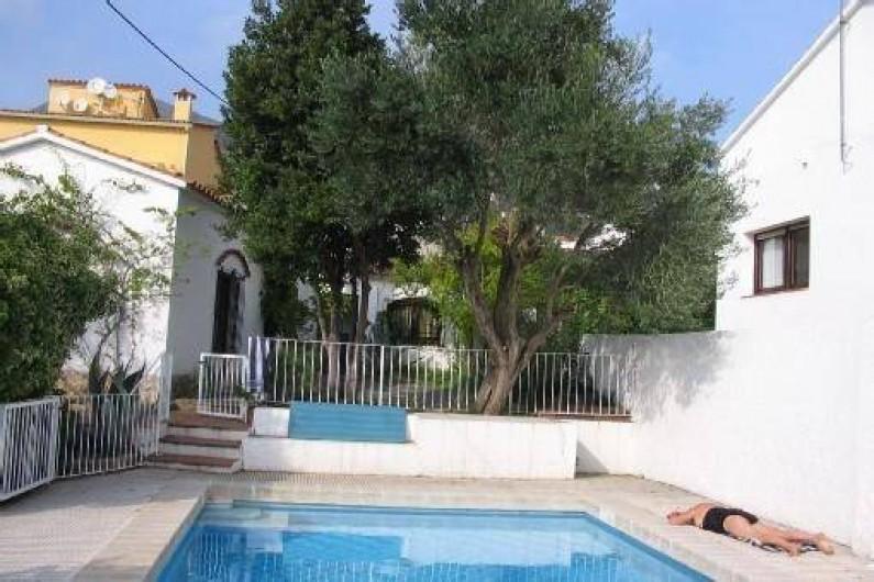 Location de vacances - Villa à Roses - Piscine , partie droite de la maison, terrasse, salon à gauche, ch 4 sdb