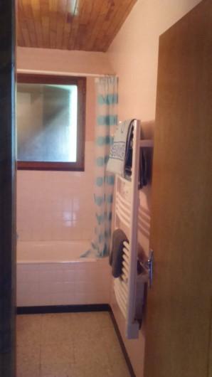 Location de vacances - Chalet à Seyne - salle de bain a l'étage