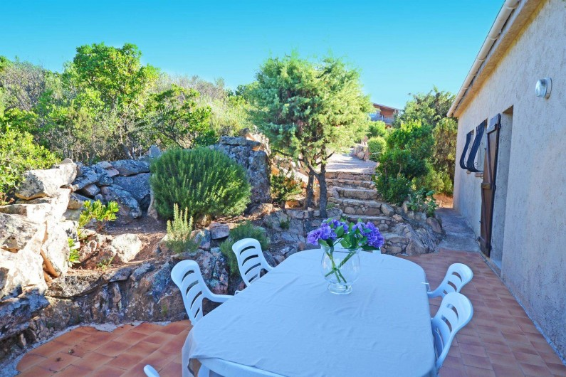Location de vacances - Villa à Porto-Vecchio - TERRASSE AVEC BARBECUE ET DOUCHE EXT AVEC EAU CHAUDE grande villa