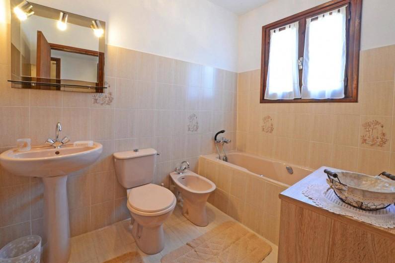 Location de vacances - Villa à Porto-Vecchio - SALLE DE BAIN AVEC FER A REPASSER ET SECHE CHEVEUX