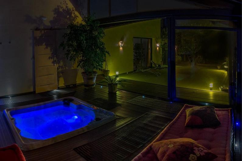 Location de vacances - Roulotte à Pernes-les-Fontaines - Jacuzzi avec bassin éclairé. Ambiance colorée tamisée de nuit.