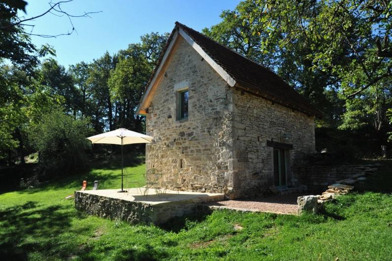 Location de vacances - Gîte à Corn - vue du jardin sur les terrasse et la grangette