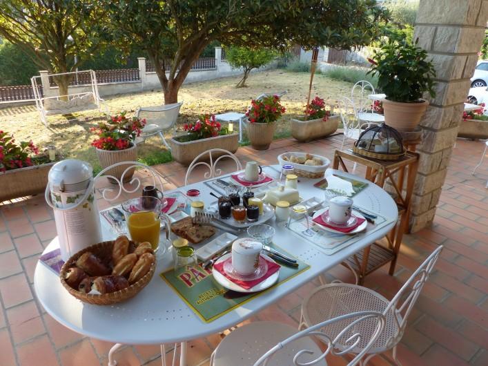 Location de vacances - Chambre d'hôtes à Comps - Petit déjeuners en extérieur