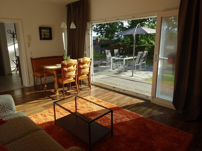 Location de vacances - Appartement à Linz am Rhein - Salle de séjour avec accès au jardin