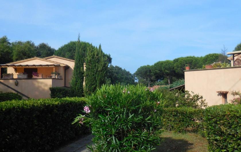 Location de vacances - Appartement à Guardistallo - Vue d'ensemble de la propriété , du portillon d'entrée