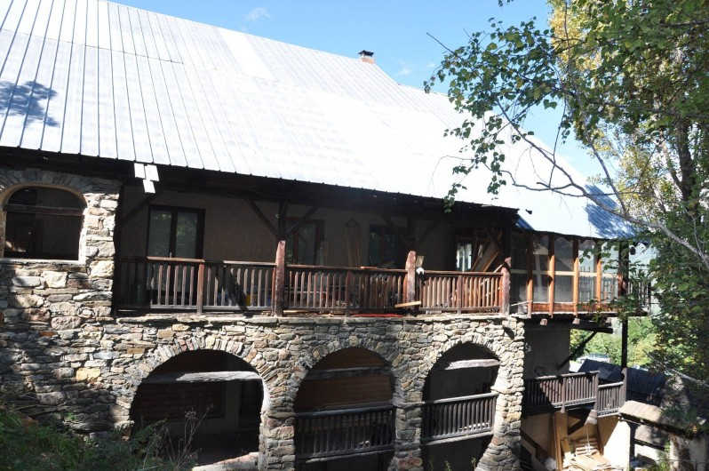 Location de vacances - Appartement à Puy-Saint-Vincent - la maison et la véranda en fond,l'appaetement se situe au niveau du balcon
