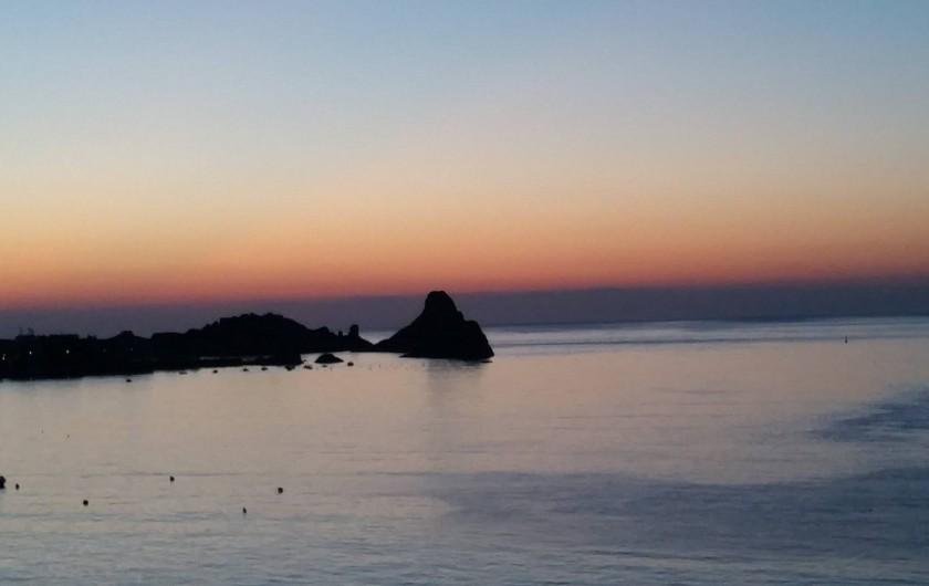 Location de vacances - Villa à Aci Castello - lever de soleil vu de la terrasse