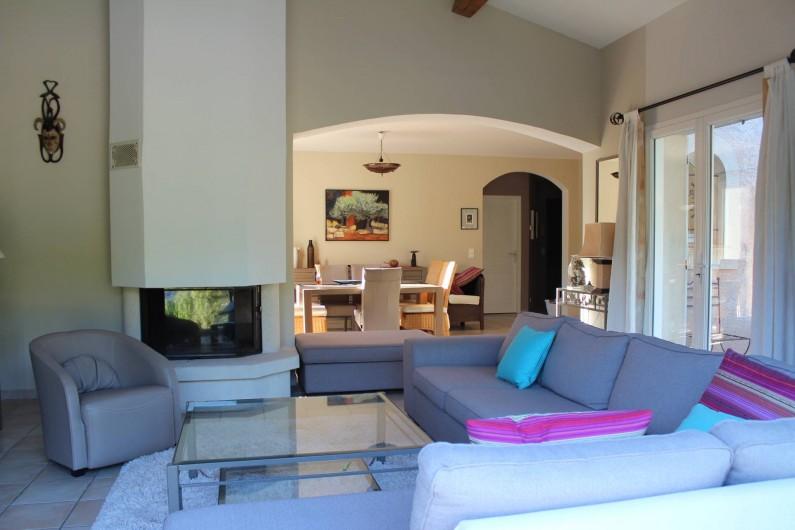 Location de vacances - Maison - Villa à Forcalqueiret - salon et salle a manger en arriere plan.