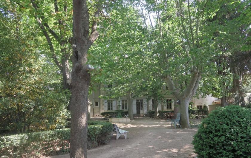 Location de vacances - Chambre d'hôtes à Ouveillan - vue du parc