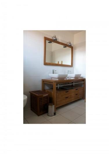 Location de vacances - Villa à Saint-François - mobilier des 2 salles de bain,  meuble bois avec vasques