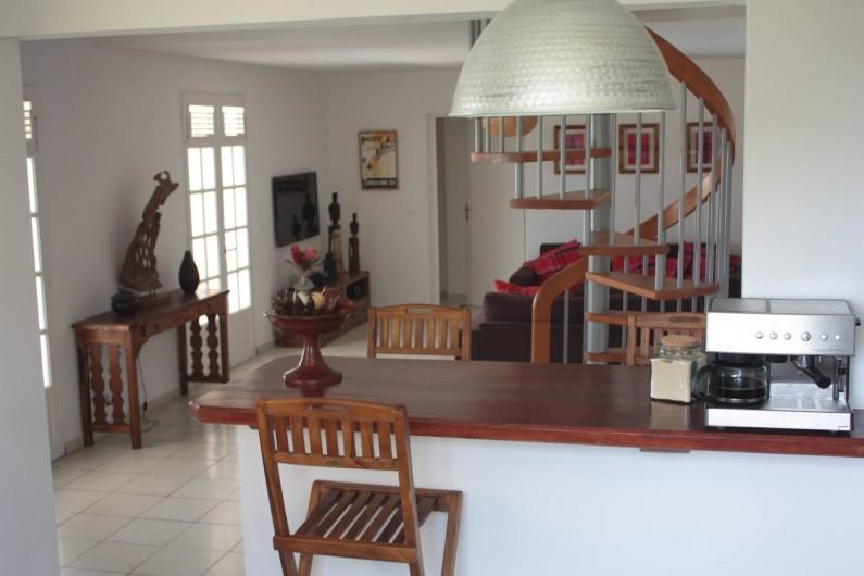 Location de vacances - Villa à Saint-François - 1er salon intérieur depuis le bar et la cuisine